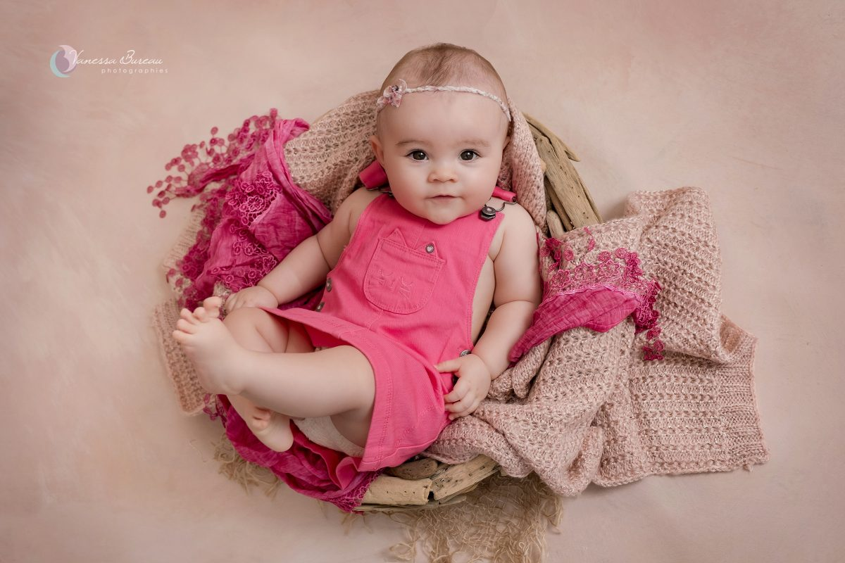 bebe-fille-decor-bois-rose-photographe-Dijon