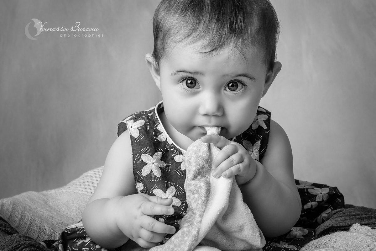 Bébé fille avec doudou en noir et blanc