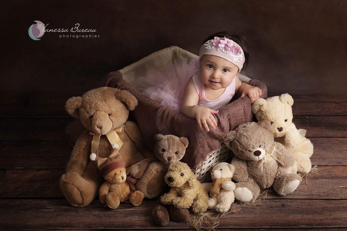 Bébé fille avec ours en peluche