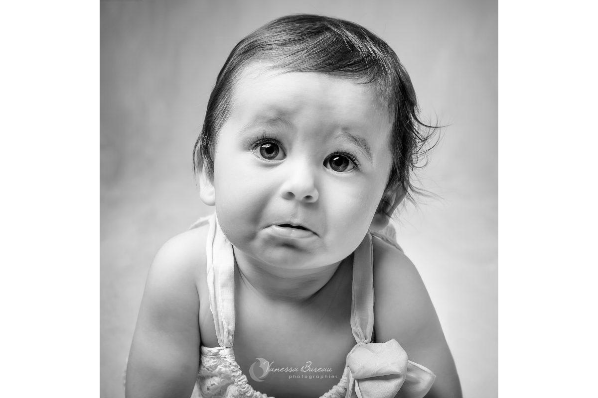 bebe-fille-petite-moue-noir-blanc-photographe-Dijon
