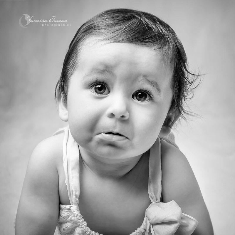 Bébé fille avec petite moue en noir et blanc