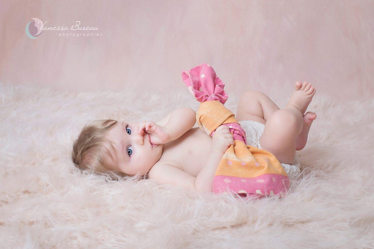 Bébé fille sur fourrure rose