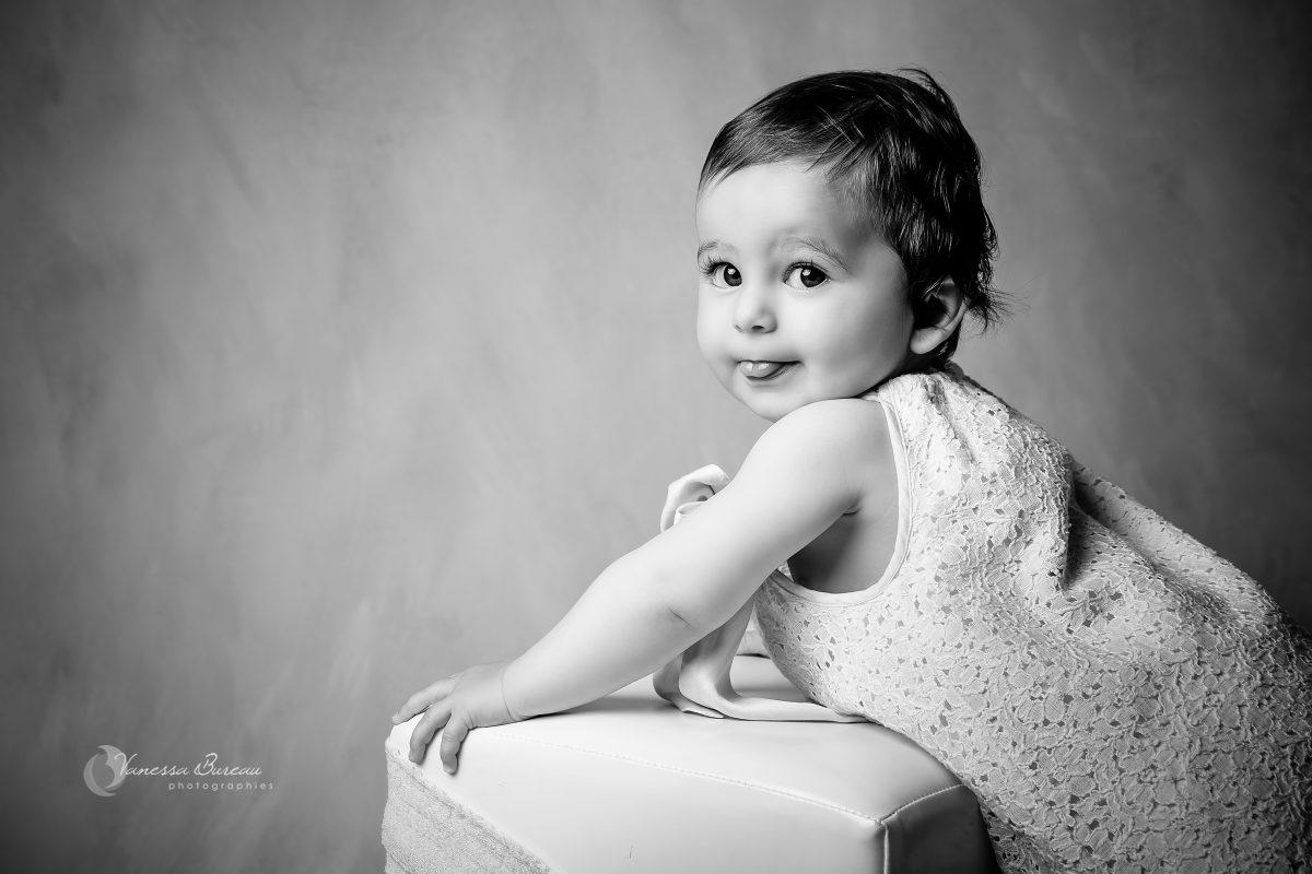 bebe-fille-tire-langue-noir-blanc-photographe-Dijon