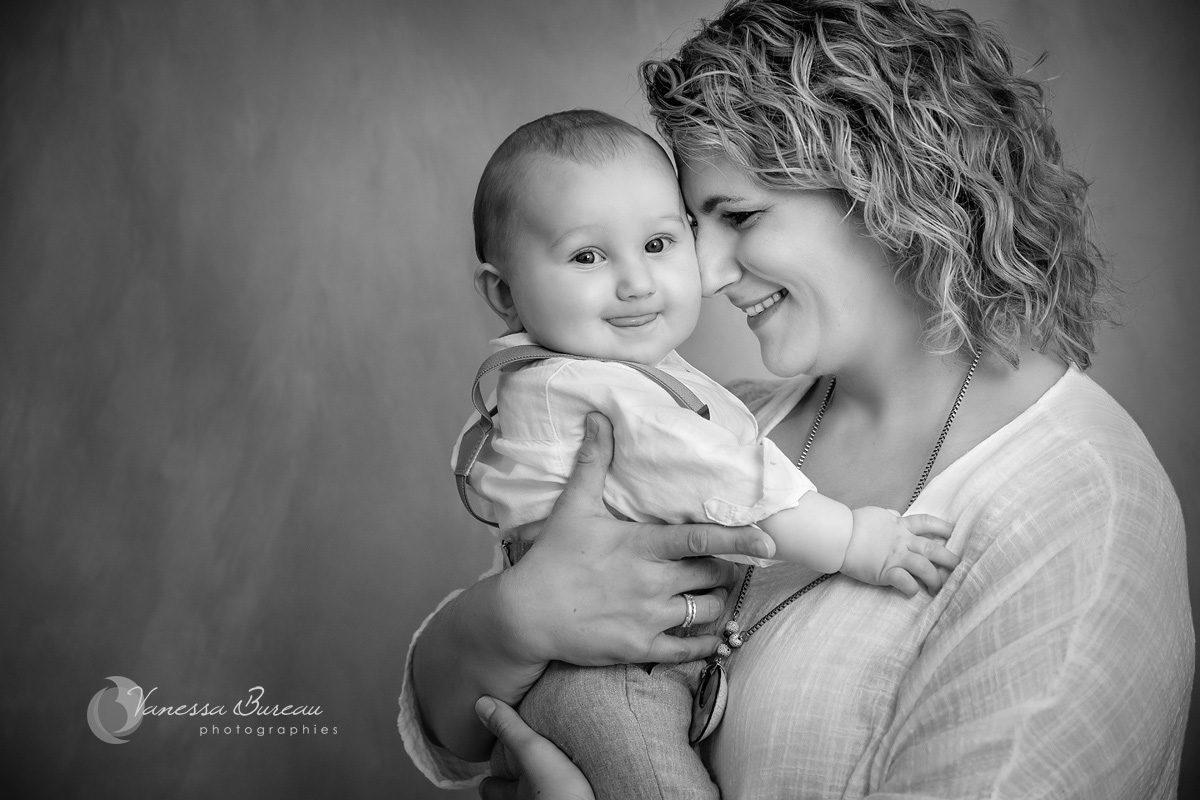 Bébé garçon dans bras de maman