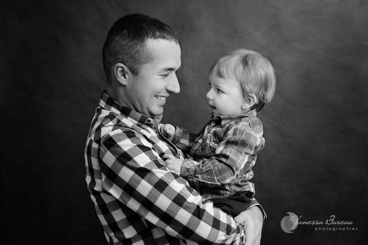 Bébé garçon dans bras de papa
