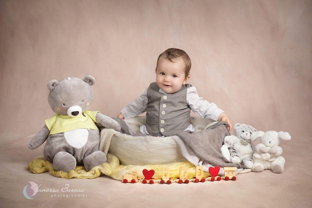 Bébé dans décor jaune et gris