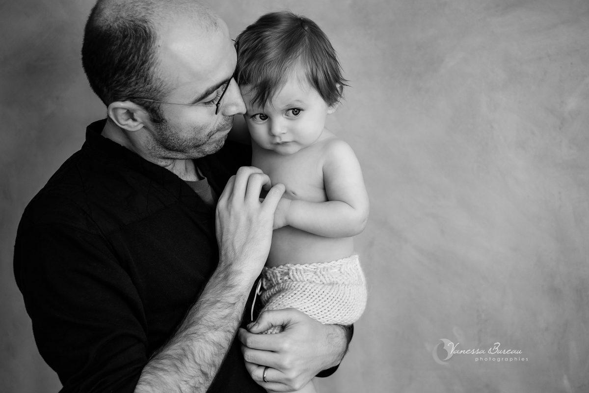 bebe-garcon-timide-bras-papa-photographe-Dijon