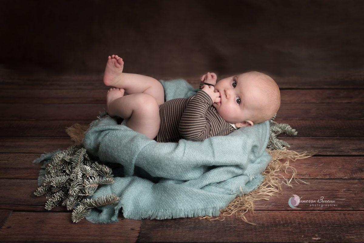 bebe-garcon-turquoise-sapin-photographe-Dijon