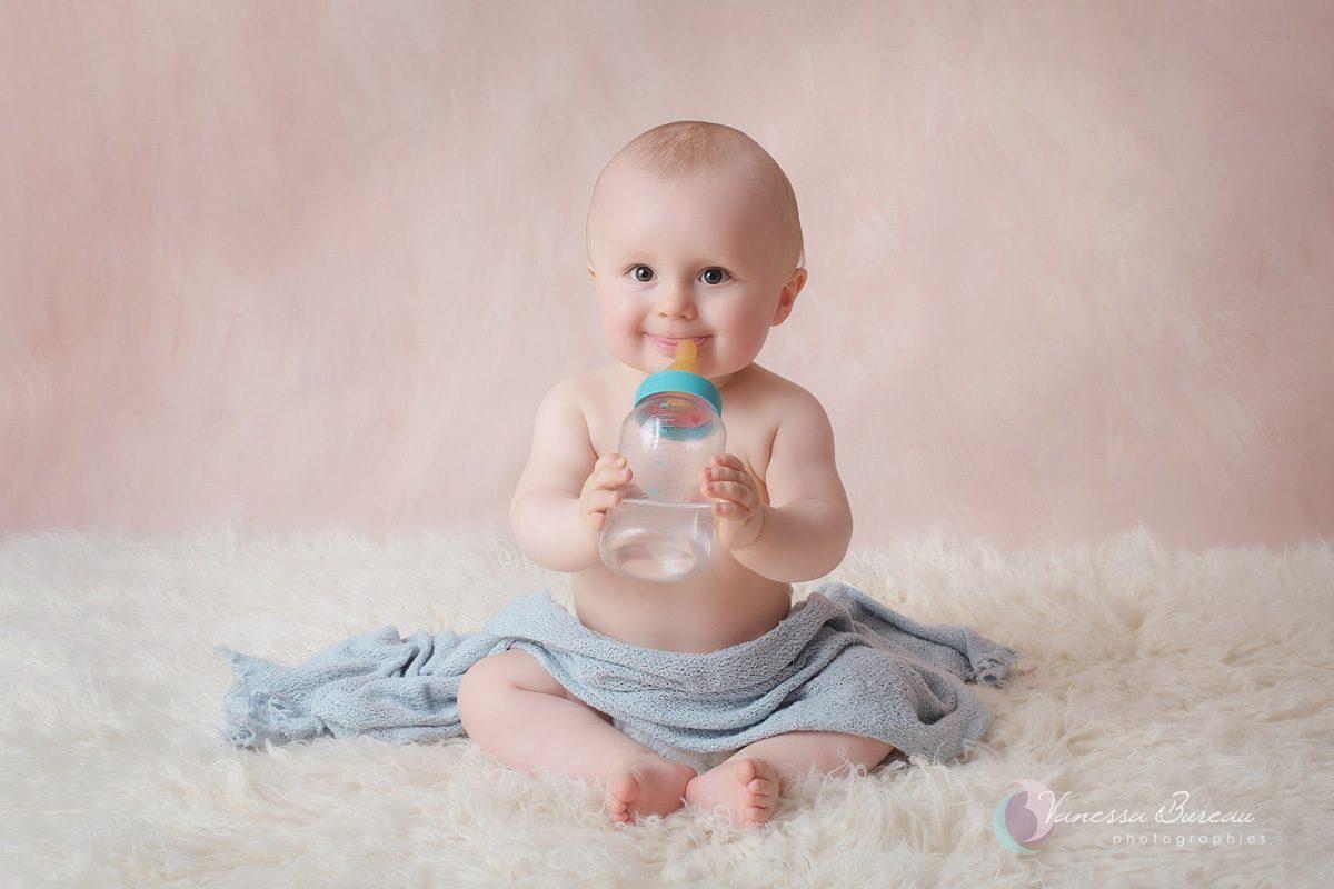 Bébé malicieux avec biberon