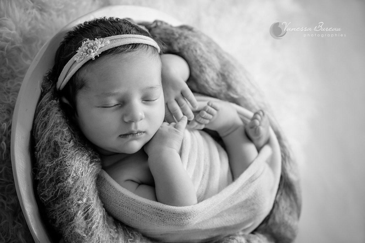 Nouveau-né en position foetale en noir et blanc