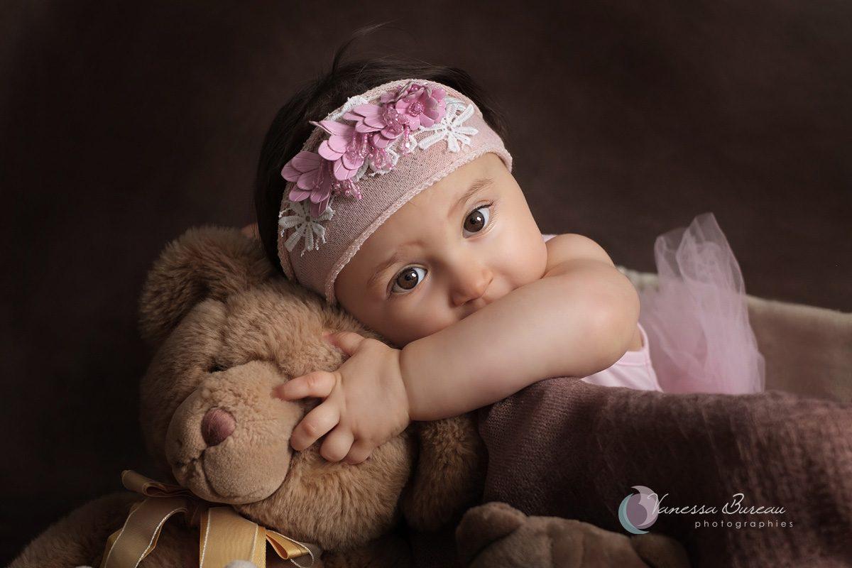 Bébé câlin à ours avec bandeau de fleurs