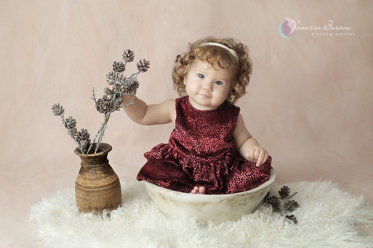 Bébé cheveux bouclés avec robe rouge
