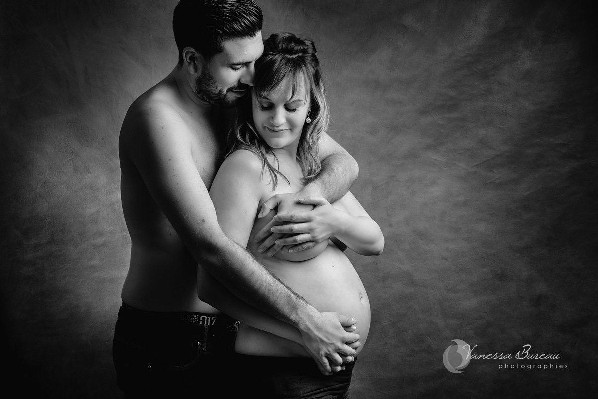 Couple enlacé pendant la grossesse, à Dijon