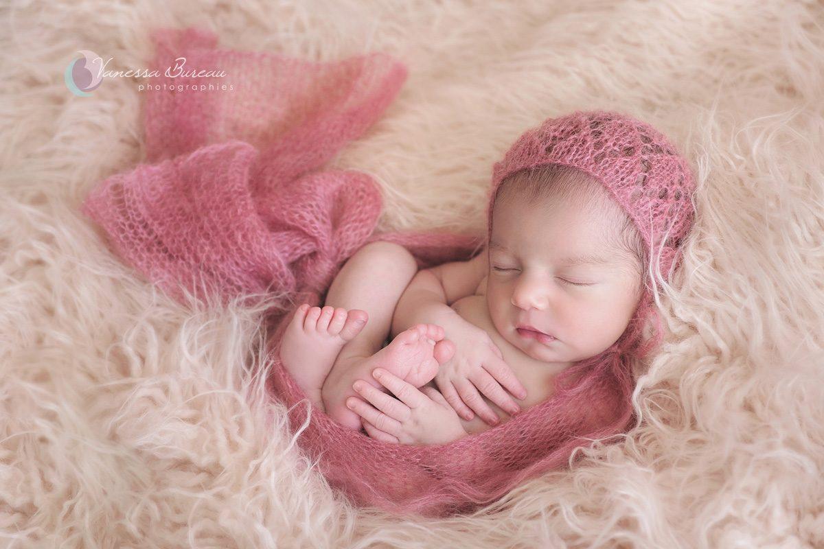 Petite fille nouveau-né enveloppée dans cocon rose