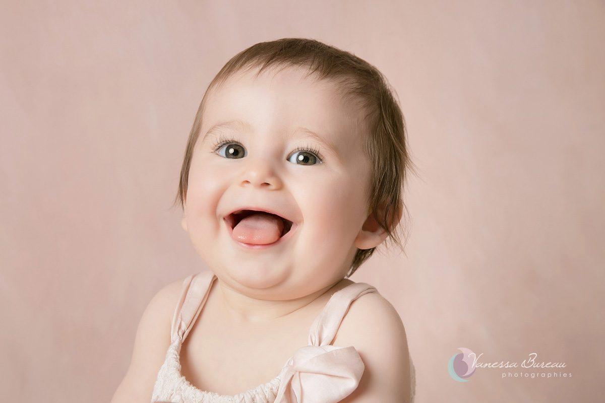 Grand sourire d'un bébé fille à Dijon