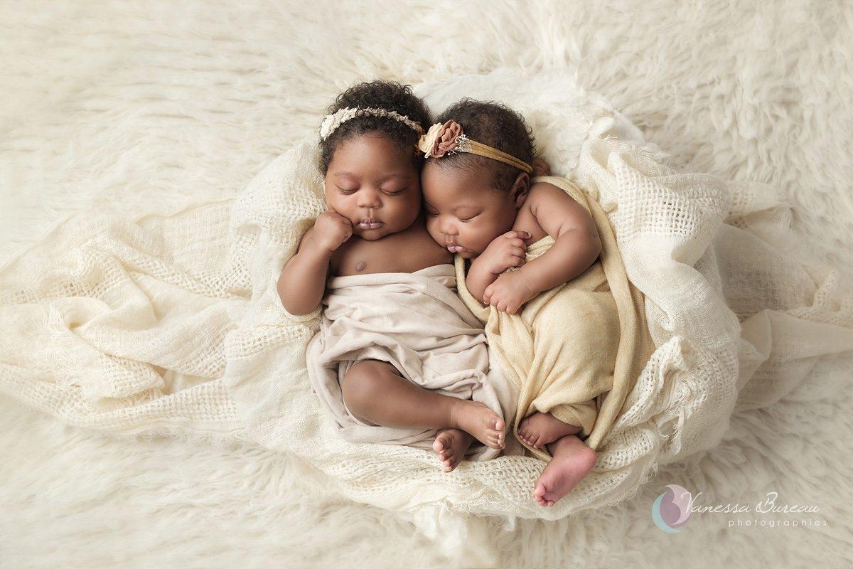 Jumeaux black dans panier beige
