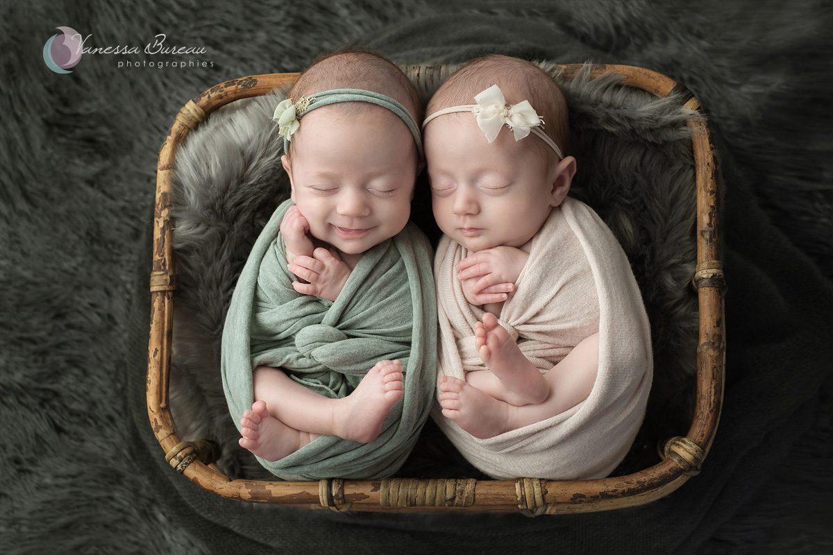Jumeaux nouveau-né à Dijon panier bambou couverture grise