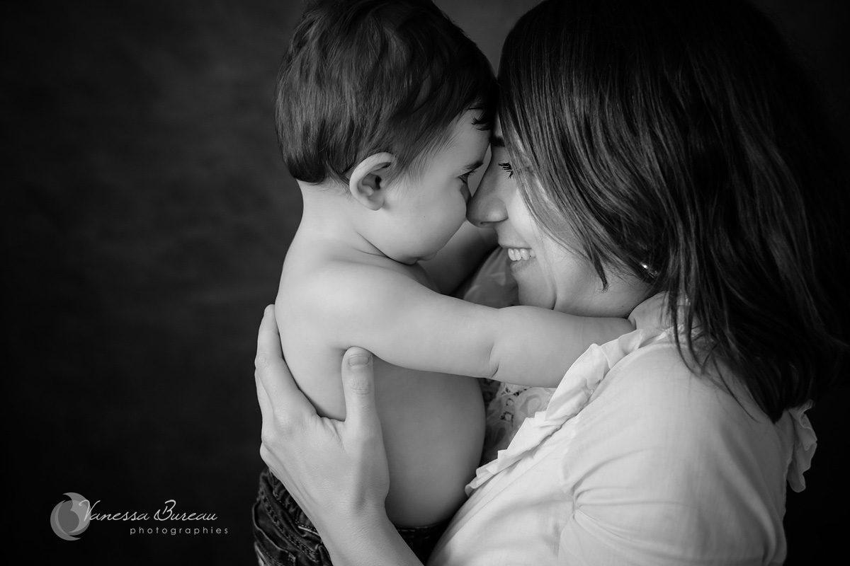 Maman avec bébé pour câlin complice