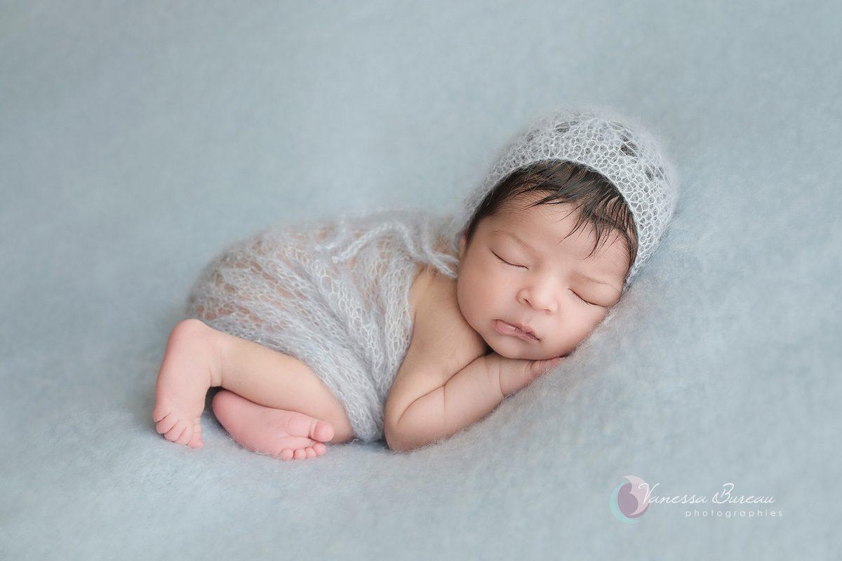 Bébé nouveau-né avec bonnet bleu tout doux