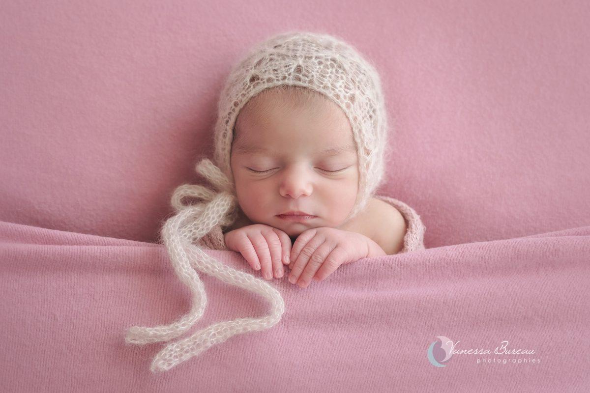 nouveau-ne-fille-rose-bonnet-photographe-dijon