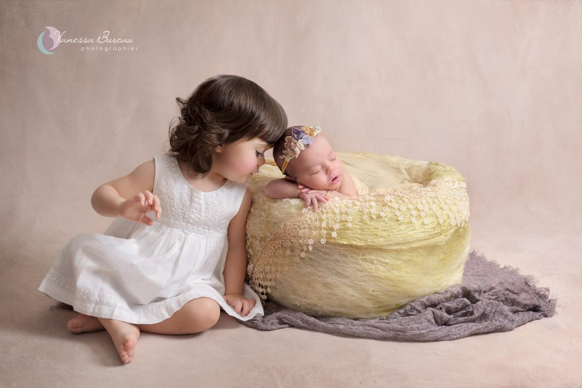 nouveau-ne-grande-soeur-panier-jaune-photographe-dijon