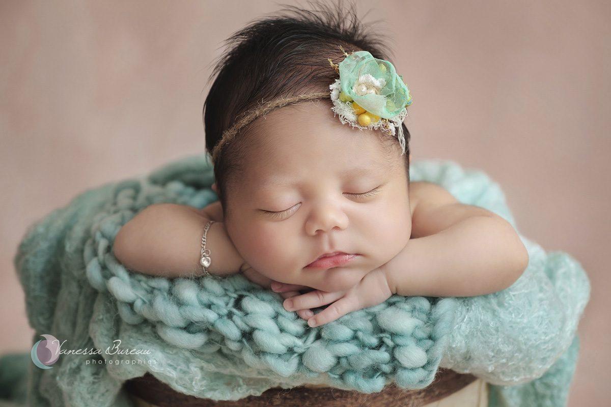 Nouveau-né avec grands cils et couverture verte