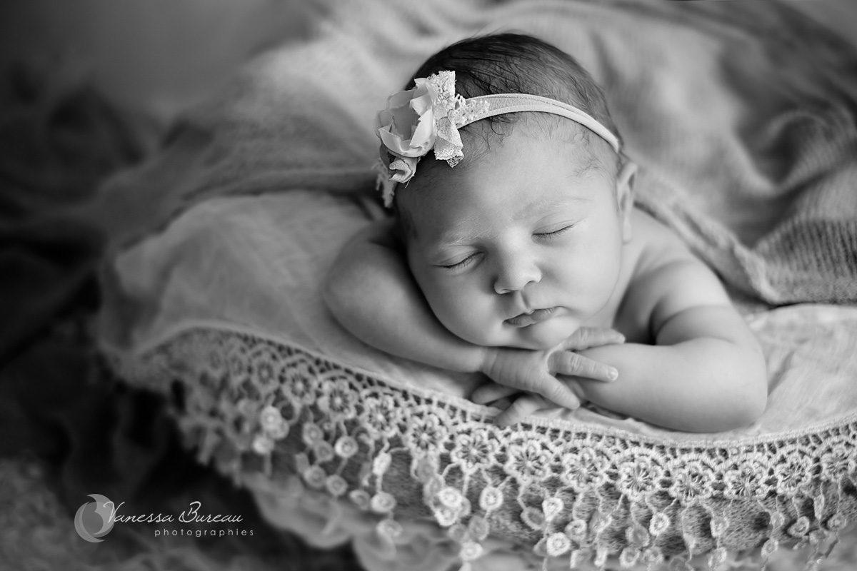 Fille nouveau-né avec bandeau en noir et blanc