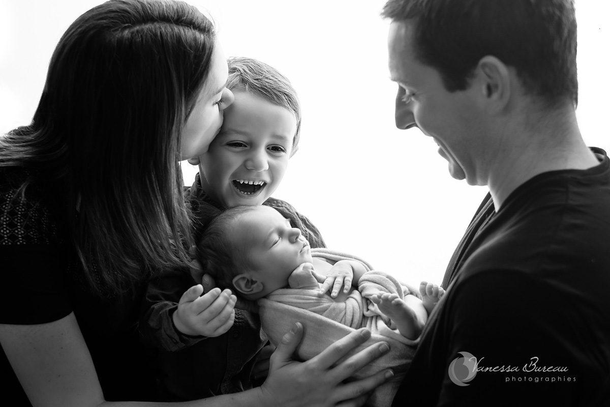 Famille avec parents, grand frère et nouveau-né, et des bisous