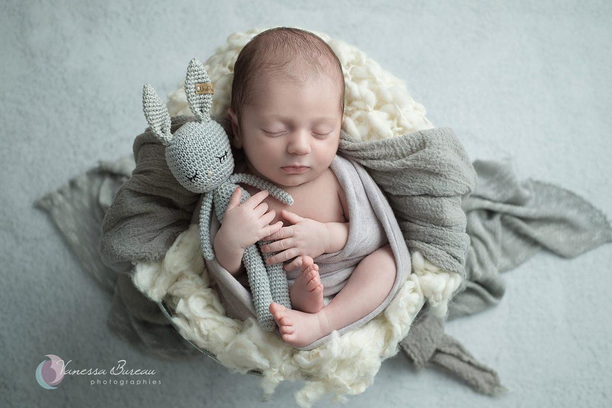 Nouveau-né avec doudou en gris
