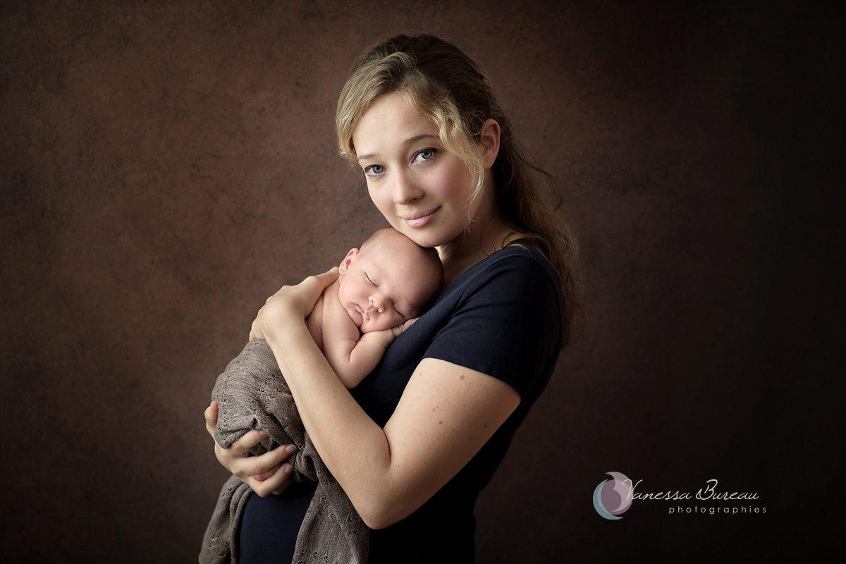 Nouveau-né avec maman blonde sur fond brun