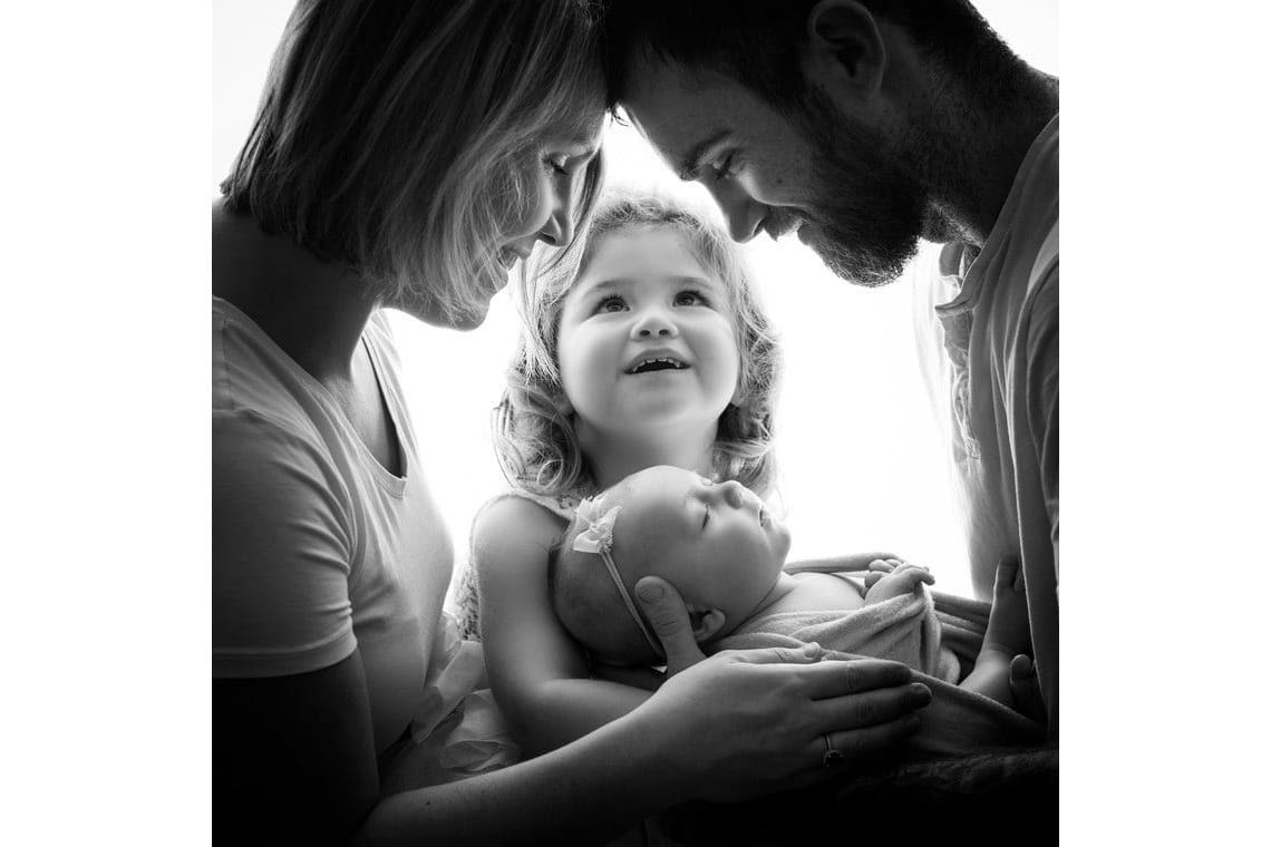 Photos de naissance en famille avec ses parents et sa grande sœur