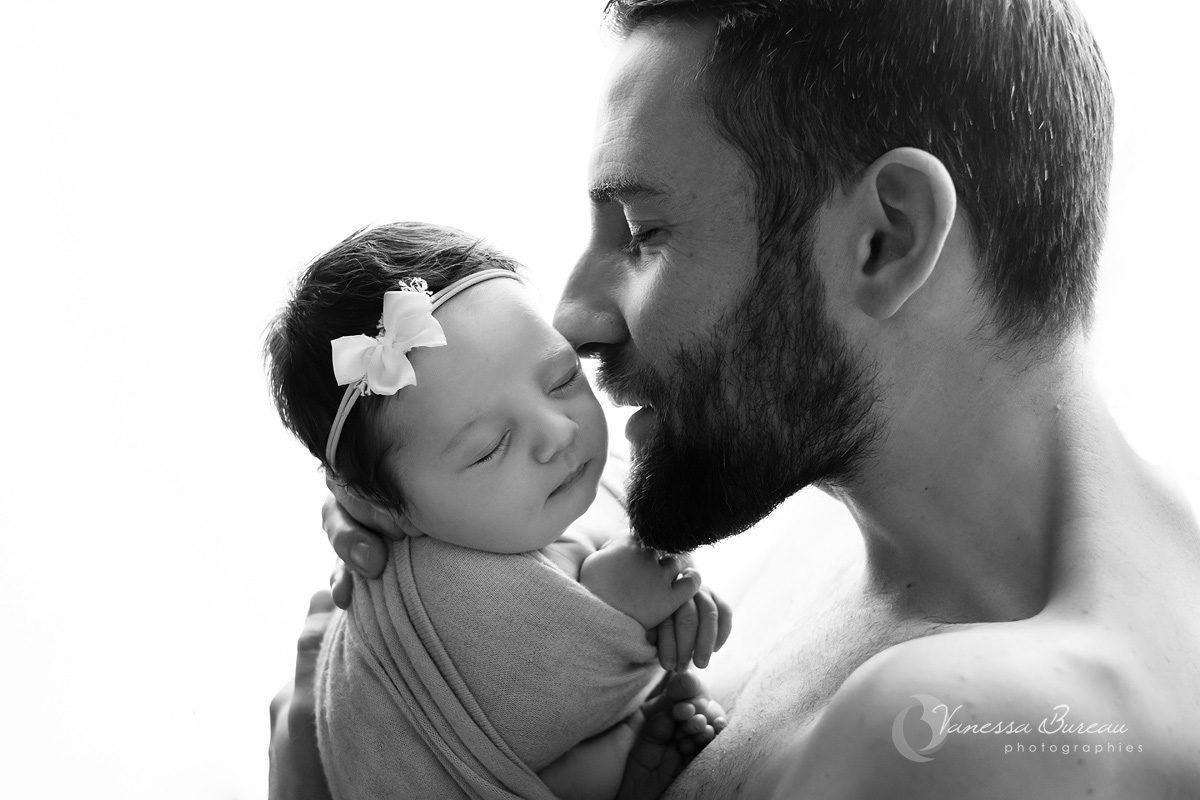 Papa câlin tendresse à son nouveau-né