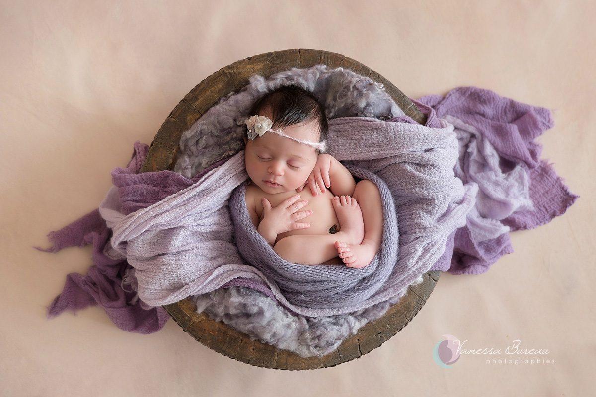 Nouveau-né dans composition artistique en violet