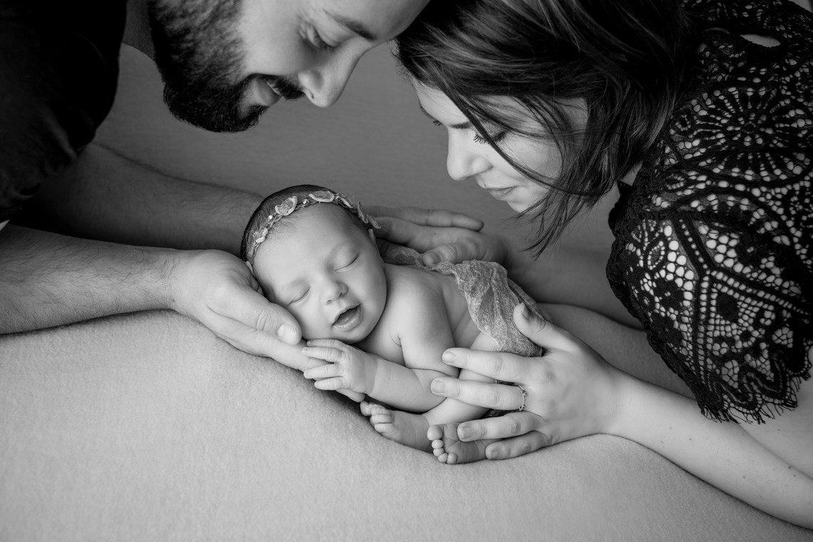 Nouveau-né sur plaid dans mains des parents