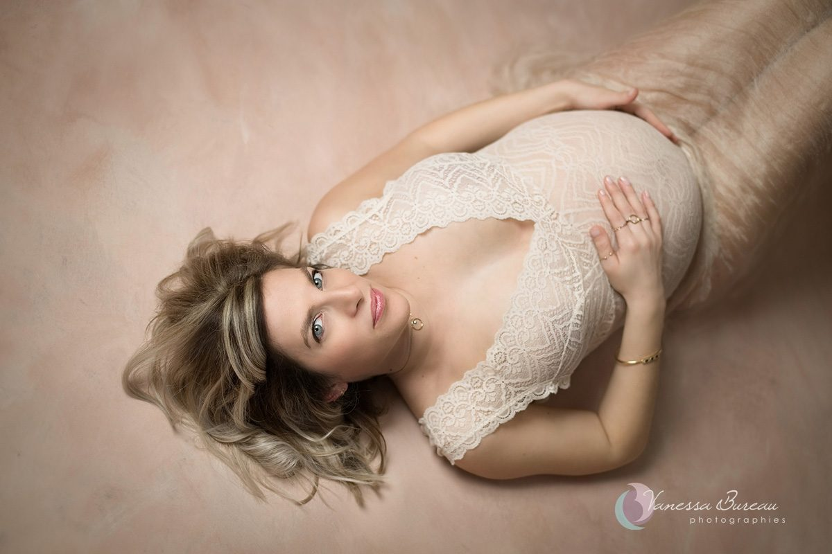 Femme pendant sa grossesse, body en dentelle, allongée
