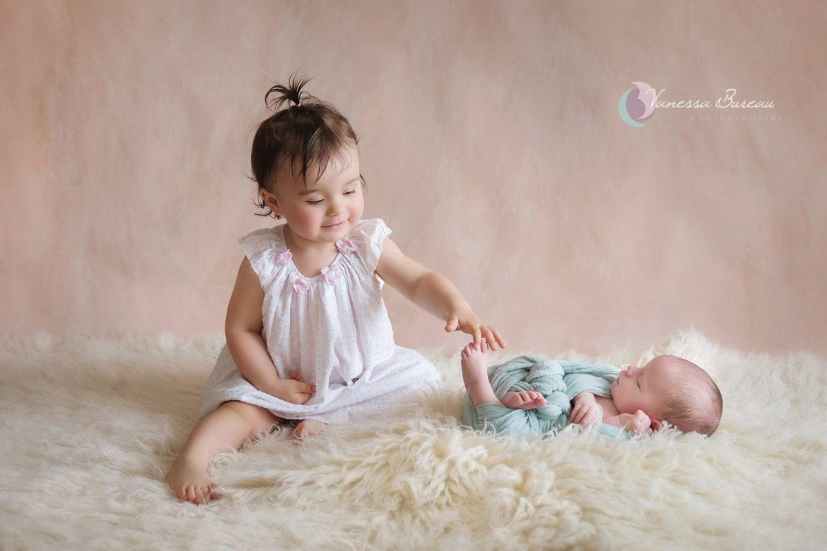 photographe-dijon-bebe-nouveau-ne-soeur