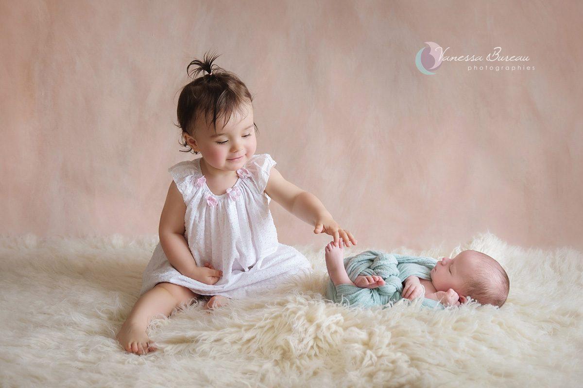 Bébé nouveau-né avec sa grande sœur