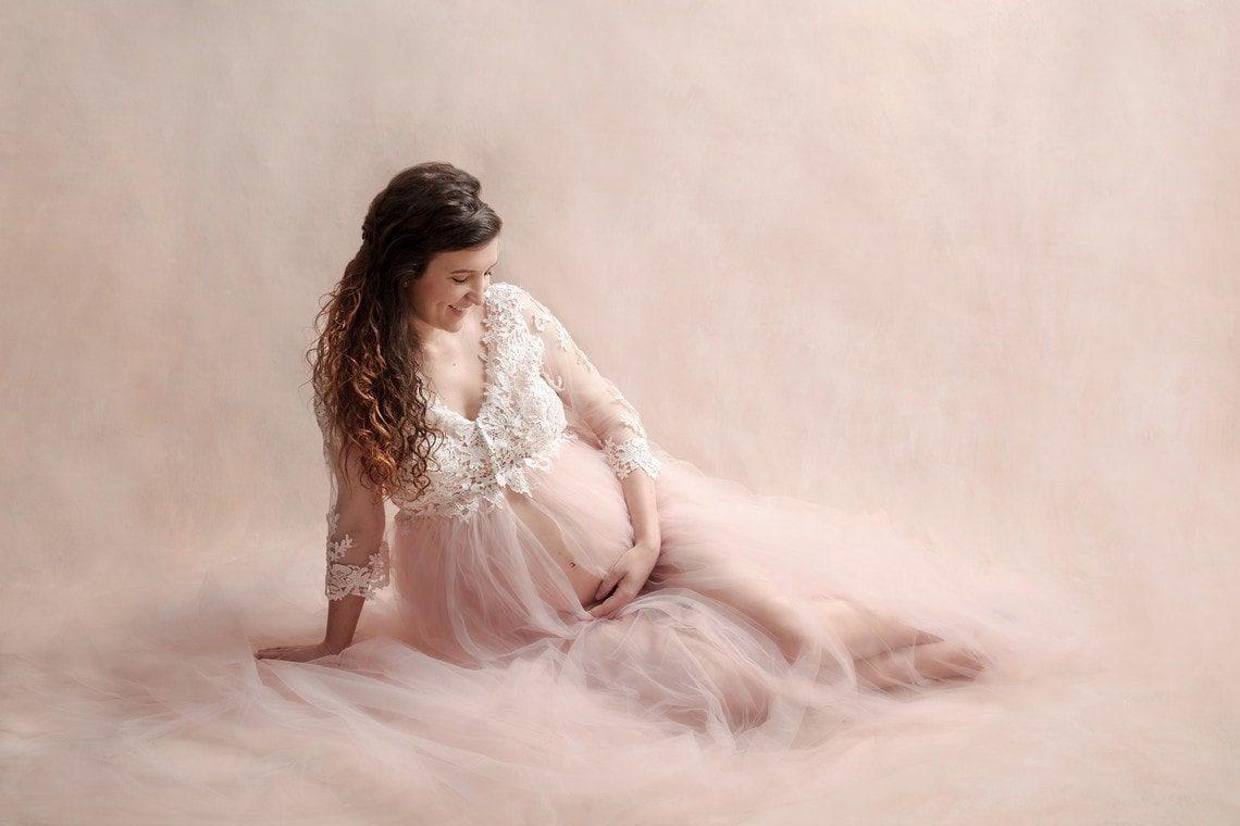 Femme enceinte avec robe tulle et dentelle