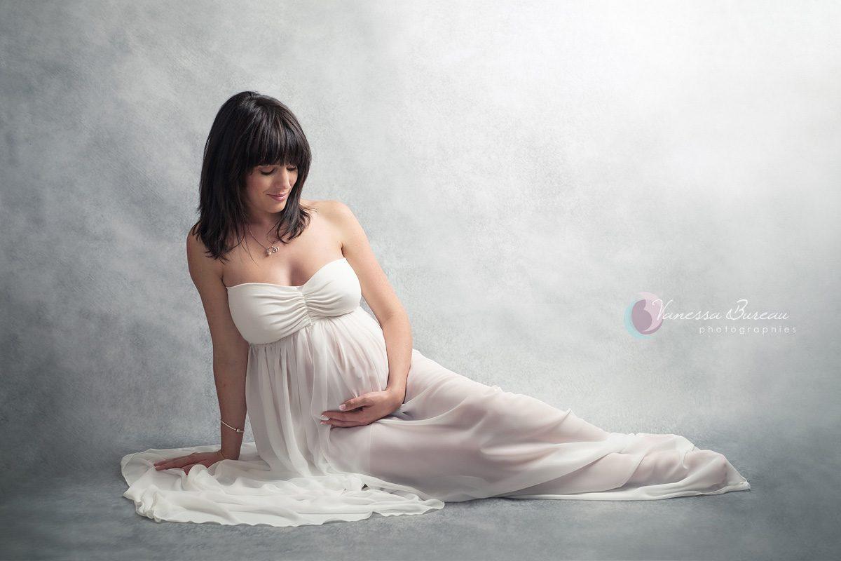 Femme enceinte avec jolie robe blanche