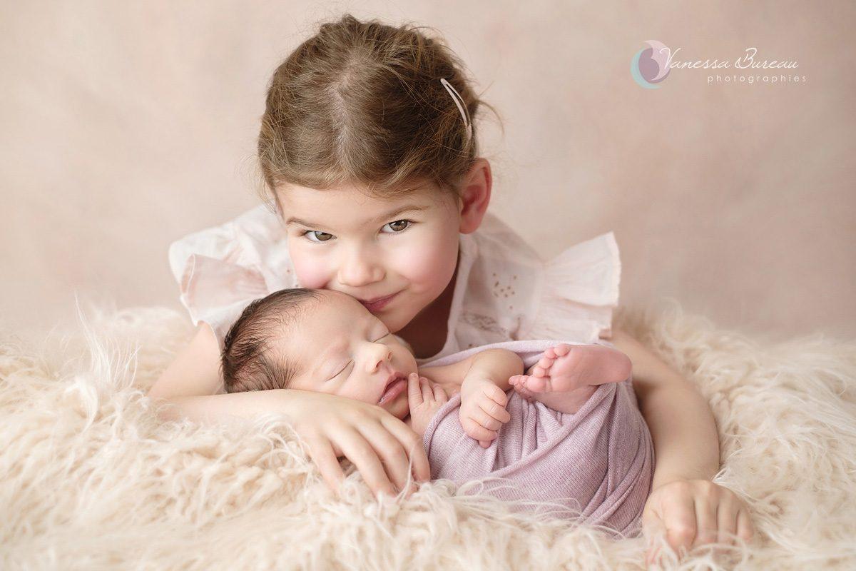 Nouveau-né avec grande sœur en rose