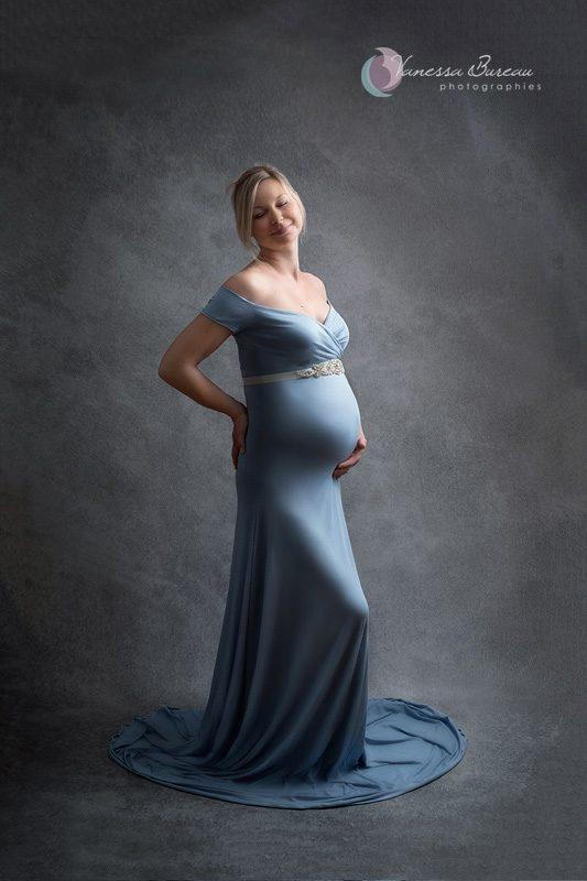 Photographie femme enceinte en robe bleue