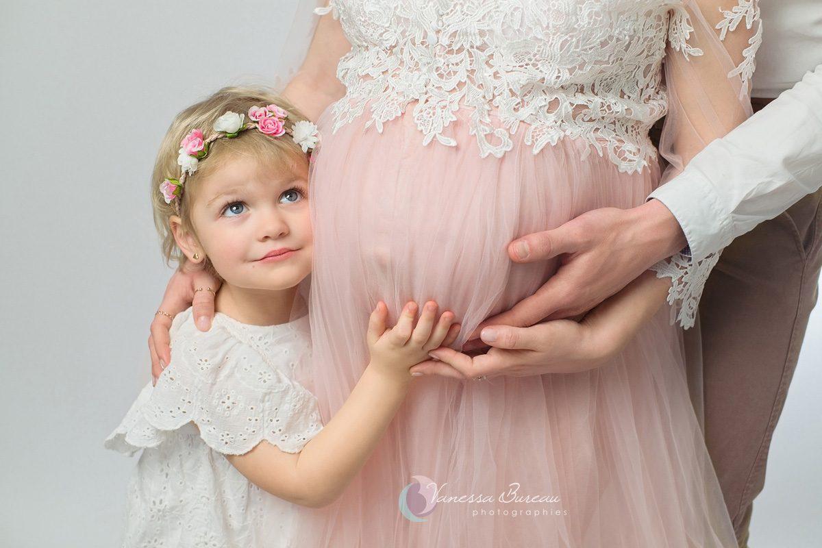 Enfant avec couronne de fleurs et maman pendant sa grossesse