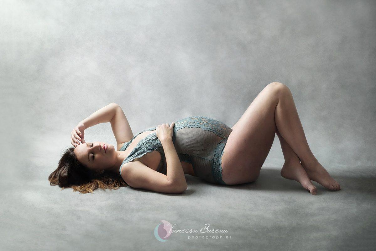 Grossesse photographiée à Dijon, en body vert