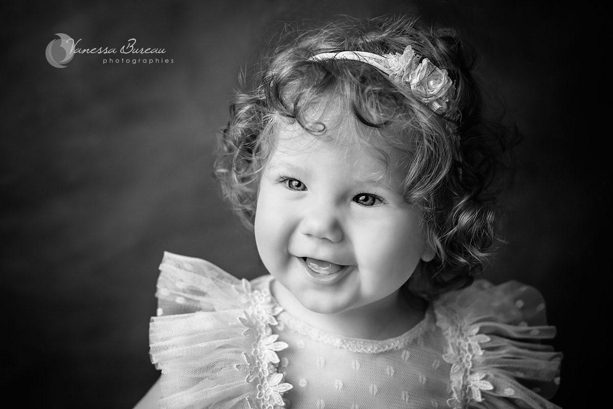 Portrait bébé cheveux bouclés et grand sourire