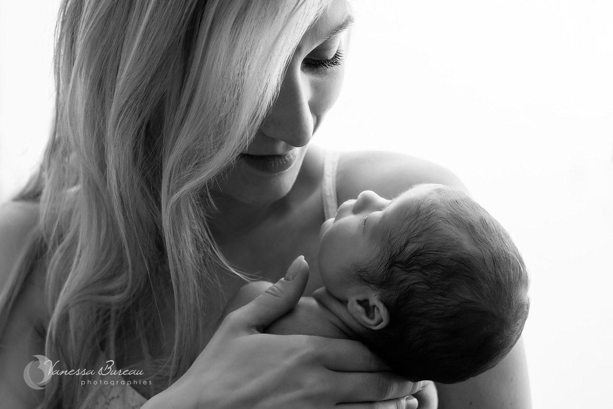 Portrait femme avec nouveau-né plein de douceur