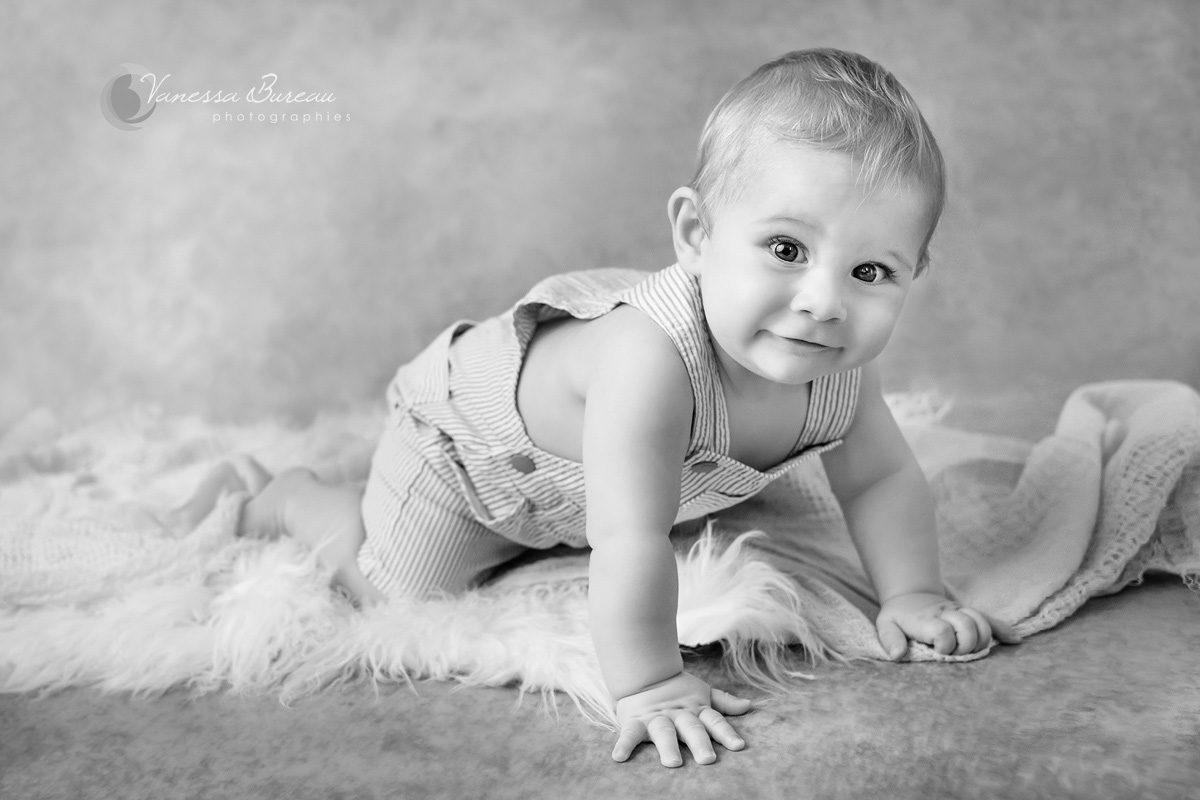 Séance photo de bébé à 4 pattes en noir et blanc