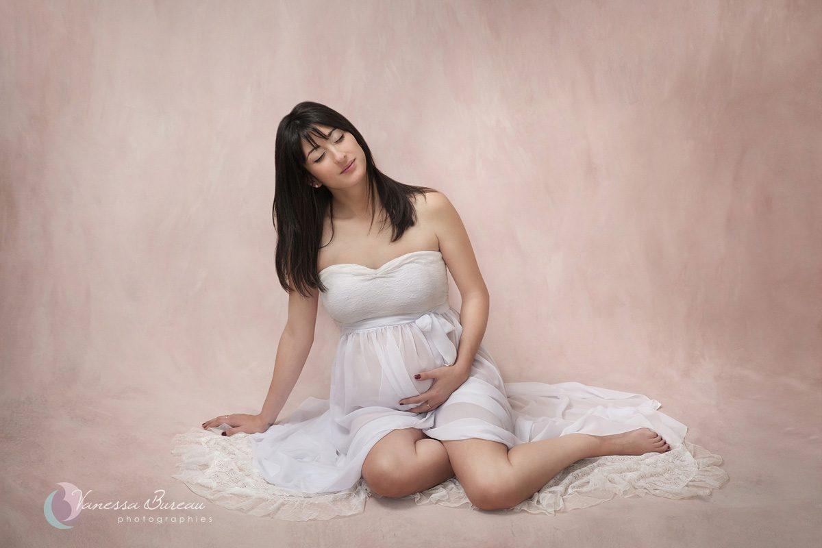 Femme enceinte avec une robe blanche