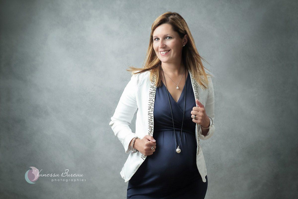 Femme enceinte souriante et sa veste blanche