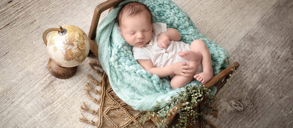 Bébe nouveau-né dans petit lit avec globe